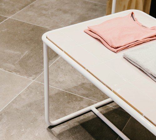 Punto Blanco_mobiliario bajo retail